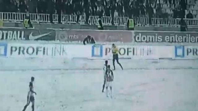 Adeptos do Partizan 'bombardearam' fiscal de linha com bolas de neve