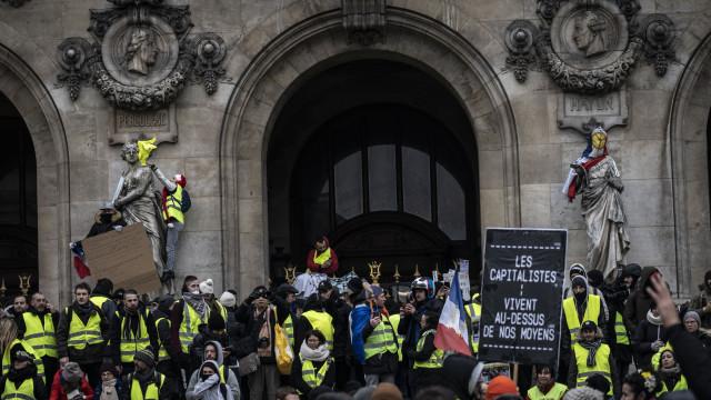 'Coletes amarelos' mobilizaram hoje 66 mil manifestantes em França