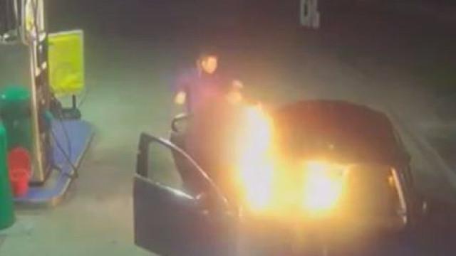 Pediram para parar em bomba de gasolina e incendiaram táxi