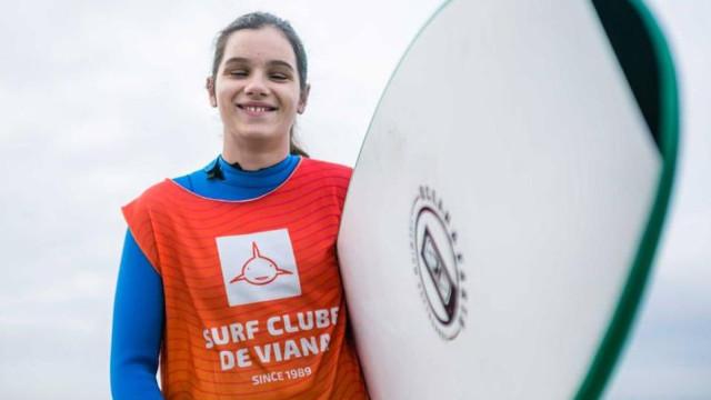 Menina cega de 13 anos escreveu uma página de bronze no surf português