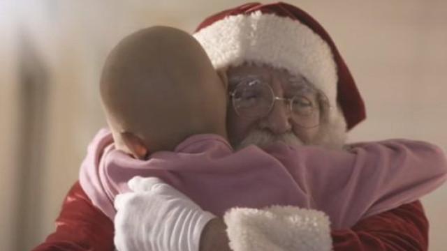 Pai Natal visita crianças com cancro em anúncio comovente do Brasil