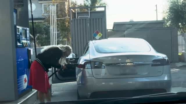 Vídeo viral mostra tentativa de abastecer Tesla com combustível