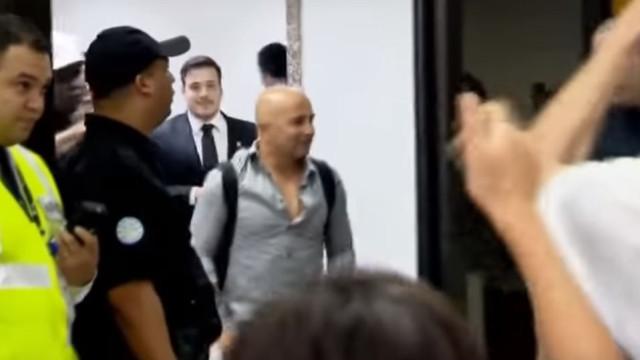 Loucura no aeroporto para receber... Jorge Sampaoli