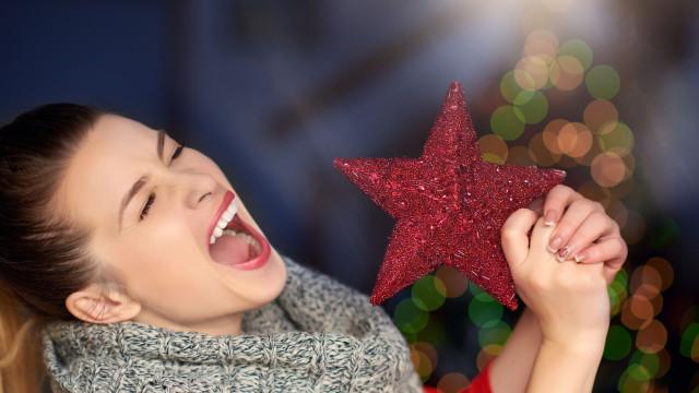 A música de Natal que toca nas lojas está a manipulá-lo… entenda como