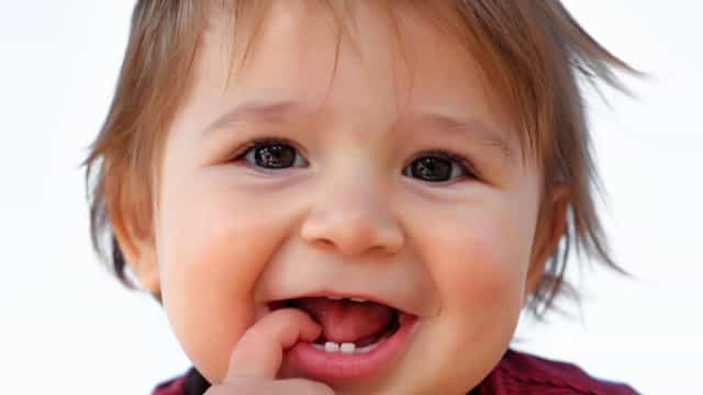 Gel usado para os dentes dos bebés pode ser perigoso e nada efetivo