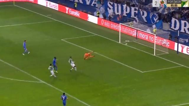 Marega 'trai' defesa do Moreirense e coloca FC Porto na frente