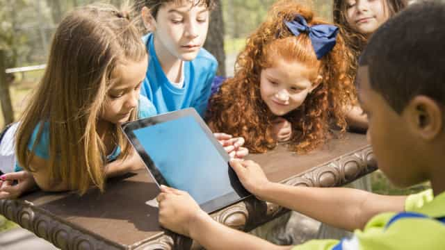 O impacto no cérebro das crianças expostas a ecrãs mais de 7 horas ao dia
