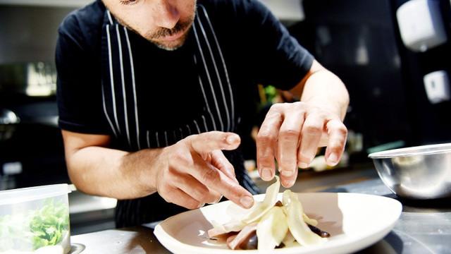 Na cozinha do Attla está o Chef André Fernandes