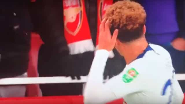 Adepto do Arsenal atira garrafa contra a cabeça de Dele Alli