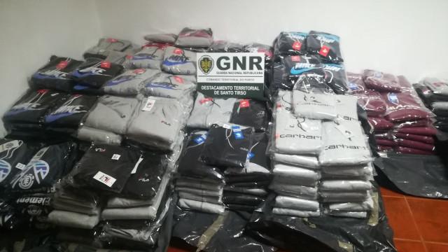 Fazia e vendia roupa contrafeita em Santo Tirso. Acabou detida