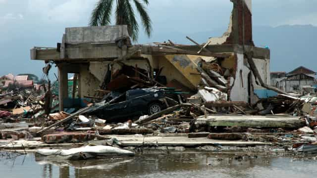 Número de mortos no tsunami da Indonésia sobe para 373