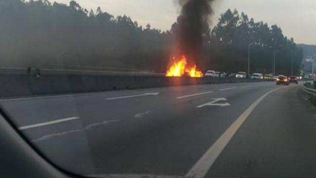 BMW em chamas cortou estrada em Braga. Condutor conseguiu sair ileso