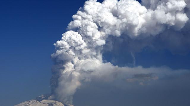 Erupção do Etna, em Itália, lançou nuvem de cinzas nos céus