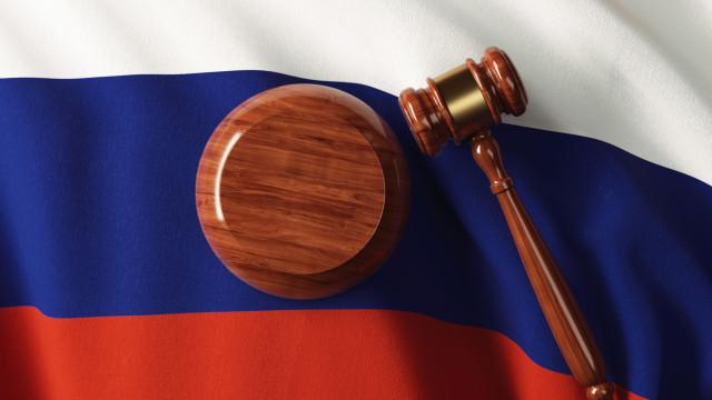 Norte-americano acusado de fraude na Rússia aguarda julgamento na prisão