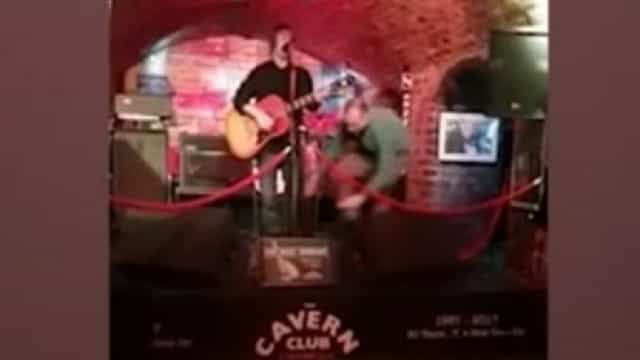 Cantor atacado durante atuação ao vivo em bar de Liverpool