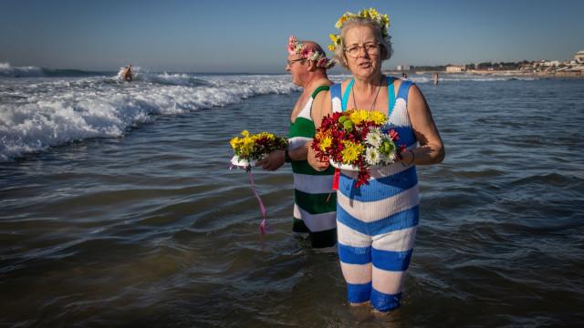 E assim foi o primeiro banho do ano na famosa praia de Carcavelos