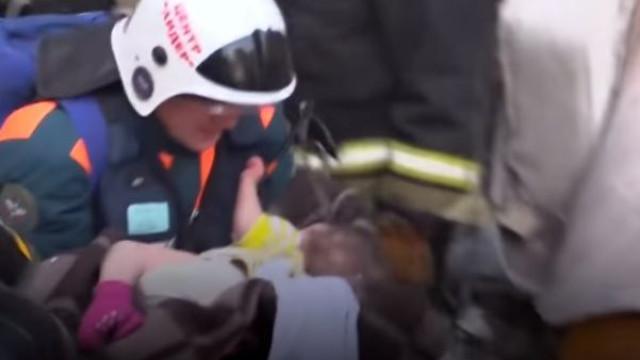 Bebé de 11 meses tirado com vida de escombros de prédio que desmoronou