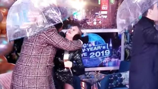 Ups! Chrissy Teigen bate com a cara em guarda-chuva ao cumprimentar atriz
