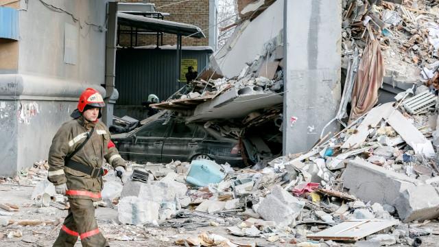 Número de mortos em desabamento de edifício na Rússia sobe para 37
