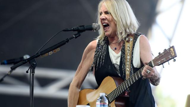 Morreu Pegi Young, ex-mulher de Neil Young. Tinha 66 anos
