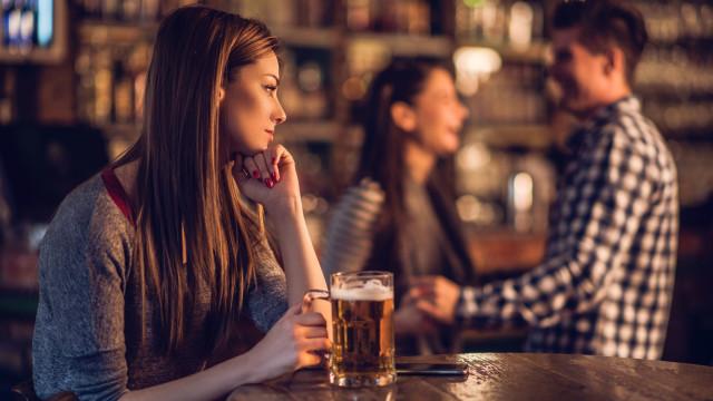 Mulheres veem amigas que têm mais parceiros de forma negativa