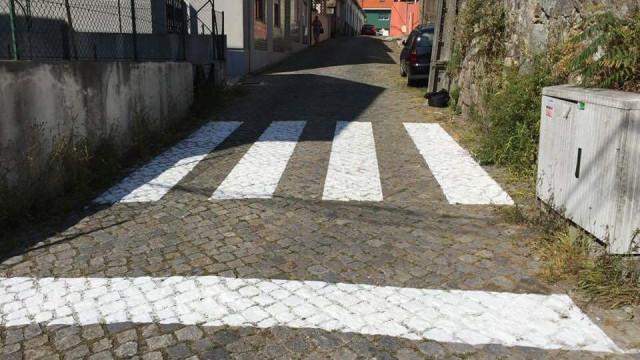"""Passadeira insólita (e viral) """"ajudou a dar segurança à Rua da Fonte"""""""