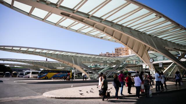 Suspeita de alvejar companheiro em Porto de Mós ia fugir de comboio