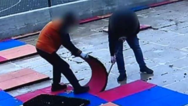 Empresa arranca material de parque infantil por falta de pagamento
