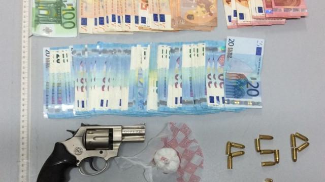 Homem apanhado com arma proibida e 200 doses de cocaína na Amadora