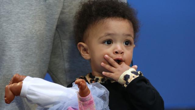 Filha de Serena Williams rouba atenções em jogo da mãe