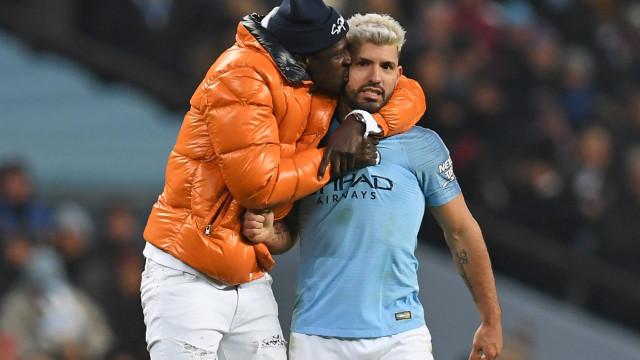 Mendy perseguido pelos seguranças no fim do jogo frente ao Liverpool