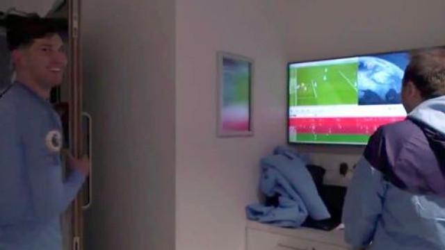A reação de Stones ao ver como evitou o golo do Liverpool