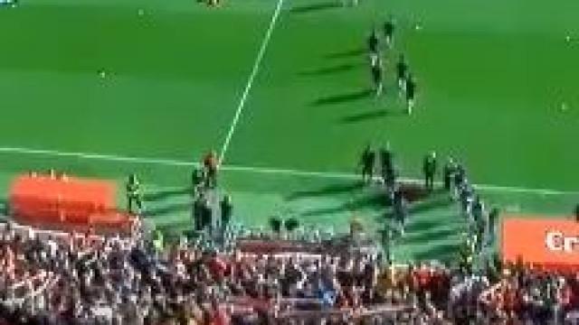 Sevilla junta mais de 20 mil adeptos para assistir a treino aberto