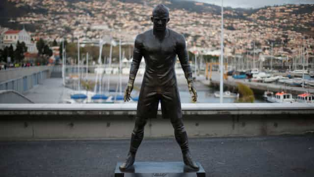 Imprensa inglesa espantada com desgaste peculiar na estátua de Ronaldo
