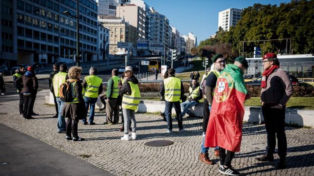 Cerca de 50 coletes amarelos seguem da Av. Liberdade para Belém