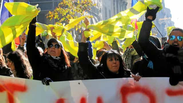 Centenas de mulheres de coletes amarelos saíram à ruas em França