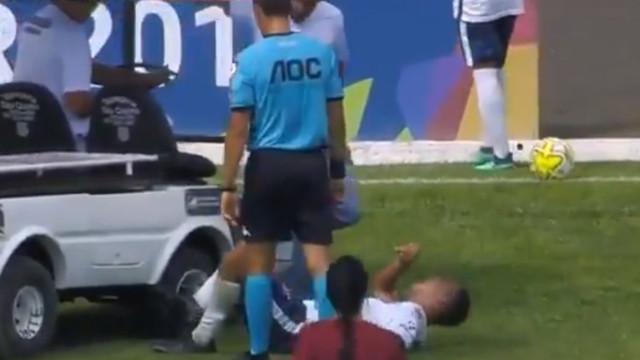 Carro-maca entrou em campo e 'atropelou' pé de jogador lesionado