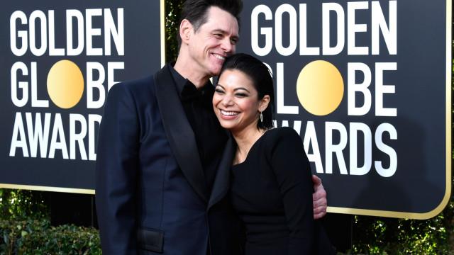 Jim Carrey assume namoro na passadeira vermelha dos Globos de Ouro
