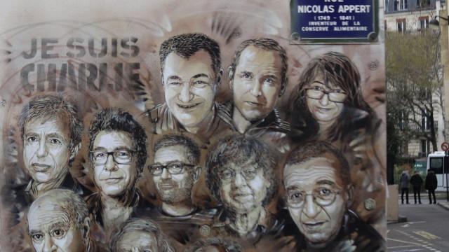 """Quatro anos após ataque, Charlie Hebdo teme """"retorno do obscurantismo"""""""