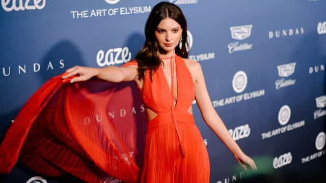 Vermelho fatal: Emily Ratajkowski ousa com vestido transparente
