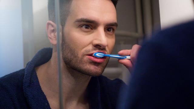 Lavar os dentes menos de duas vezes por dia aumenta risco de impotência