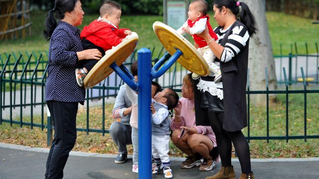 """População chinesa entra em declínio """"imparável"""" dentro de dez anos"""