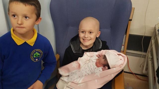Menino com cancro terminal resistiu até irmã nascer e morreu pouco depois