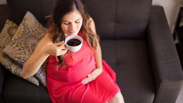 Perigo na chávena. Saiba qual o risco de beber café para grávidas e bebés