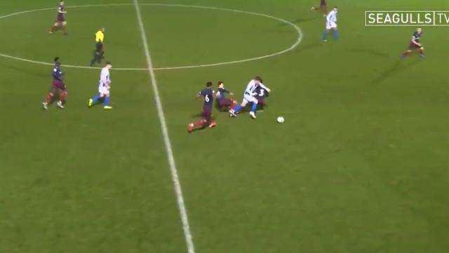 Jogo de reservas entre Brighton e Arsenal contou com golo... à Messi