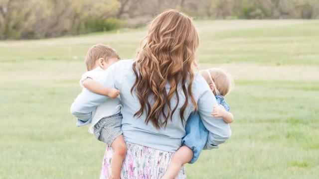 Mãe descobre que os dois filhos adotivos são, afinal, irmãos