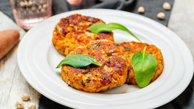 Busca alternativas à carne? Opte por hambúrgueres de grão-de-bico e caril