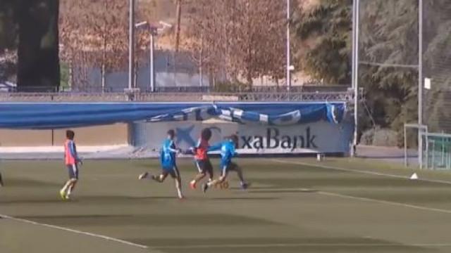 Marcelo vestiu 'pele de Ricardinho' no treino e deu show para Solari ver
