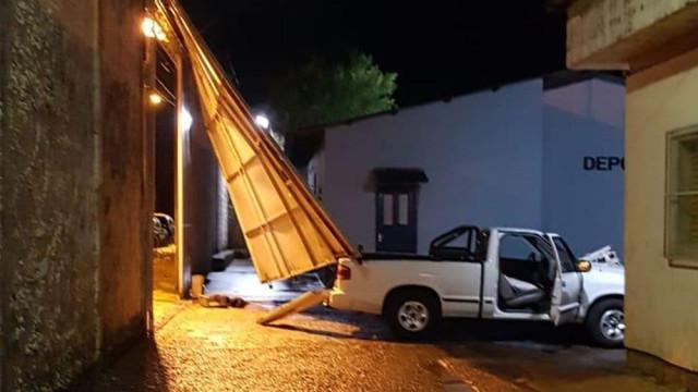 Arrombam portão de cadeia com carrinha para ajudar 17 presos a fugir