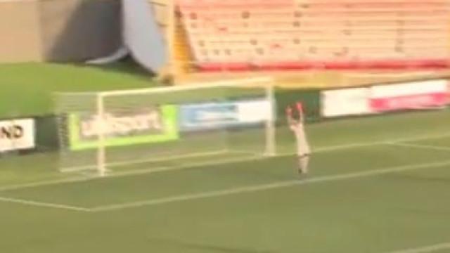 Guarda-redes marca com remate a 70 metros e jogada já corre mundo
